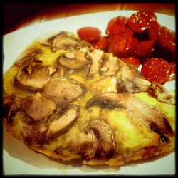 Dampende varm omelet - her med chorizo on the side. What's not to like?