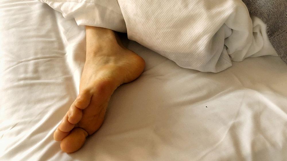 Det er meget sødt, hvis du tror, at du kan 'vænne' dig til mindre søvn, men i virkeligheden er det dine gener, der foreskriver dit optimale søvnbehov - det, du vænner dig til, er et permanent søvnunderskud